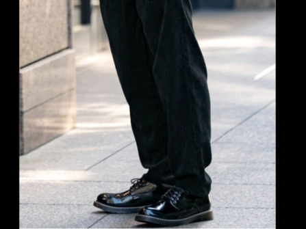 ボトムスと靴の色を合わせることでスタイルを良く見せる効果